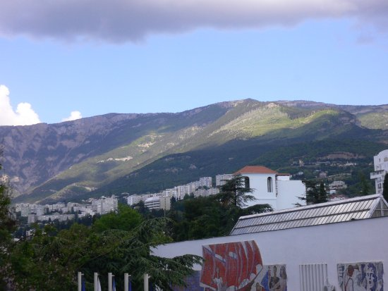 Hotel Oreanda: 部屋のベランダから山側を見て