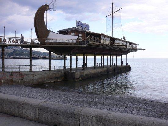 Hotel Oreanda: ホテルを出てすぐの海のレストラン