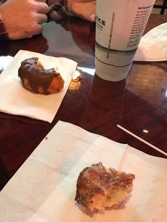 Saint Joseph, MO: A nice clean donut / coffee shop with very good donuts!