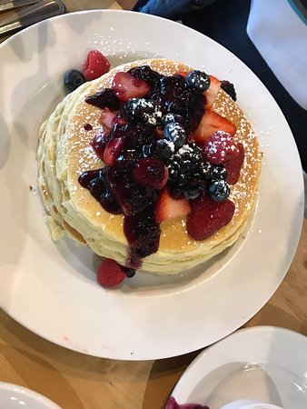 Geneva, Илинойс: Front counter and dining area along with fresh berry pancakes and raspberry streusel pancakes
