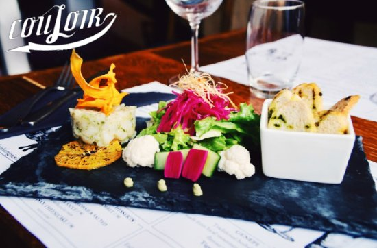 Couloir Bar & Restaurant : Scallop tartare, with yuzu-marinated salad and pickled vegetables.