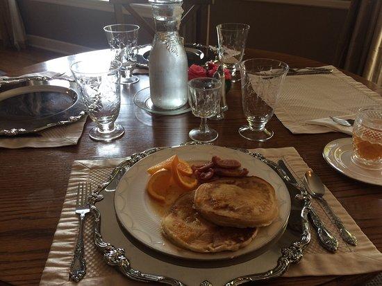 Cinnamon Bear Creekside Inn: Pancakes and sausage for brekkies!