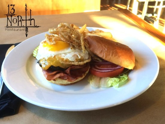 Malta, Nova York: DOWN HOME BURGER – 8oz HPB topped w/cheddar cheese, sunny side up egg, grilled ham & onion aioli