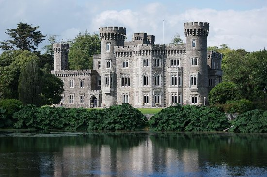 Irish Agricultural Museum & Johnstown Castle Gardens: Johnstown Castle with its lake.