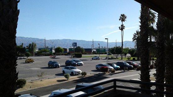 Best Western Date Tree Hotel: train tracks in the distance