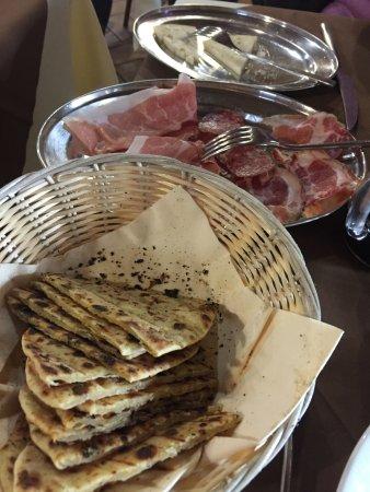 Frontone, Italia: Crescia affettati e formaggi