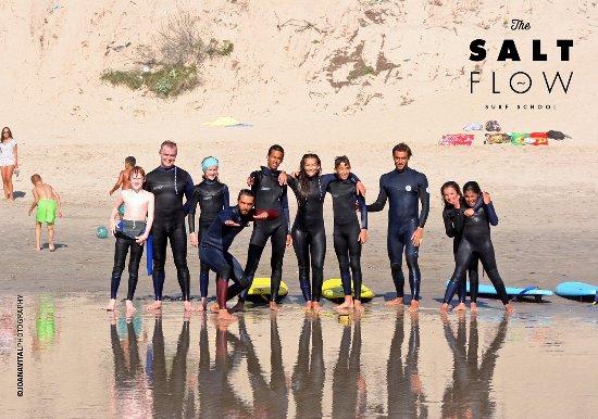 Fotografia de equipa após a aula de surf em Ofir, Esposende