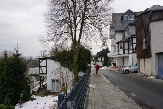 Sauerländer Hof: Links het gasthuis Noordzijde Rechts de achterkant van het hotel