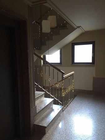Aparthotel Casa Vella: Escaliers et ascenseur