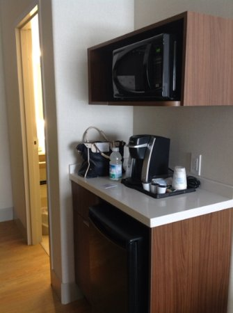 Holiday Inn Express Suites Airdrie: coffee area