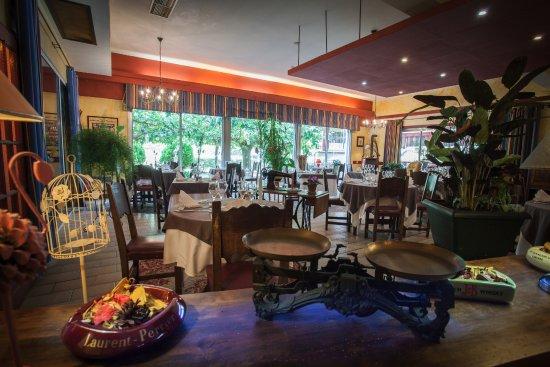 Pezilla-la-Riviere, France: salle de restaurant
