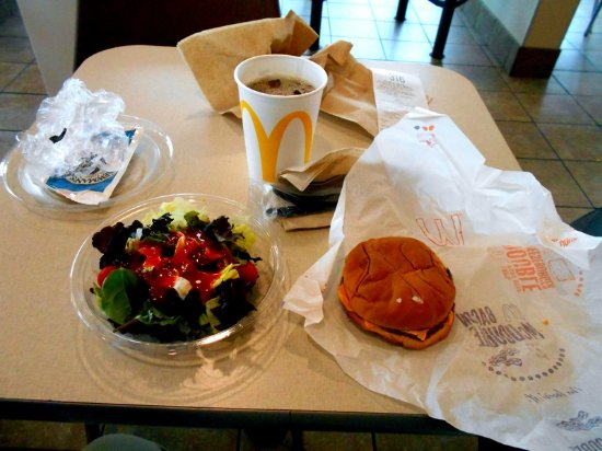 Hartford, Мичиган: Cheeseburger , side salad, iced tea