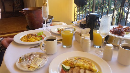 Jewel Dunn's River Beach Resort & Spa, Ocho Rios,Curio Collection by Hilton: Breakfast in bed (served to us on our balcony)