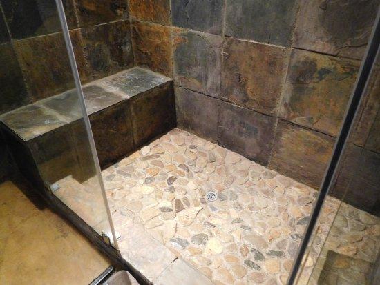 Shiduli Private Game Lodge: La douche italienne en pierre