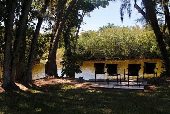 Kona Kai Motel: Seating by the river behind Kona Kai