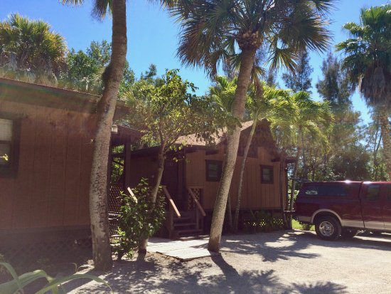 Kona Kai Motel: Tiki Cottage exterior (and rear parking area)