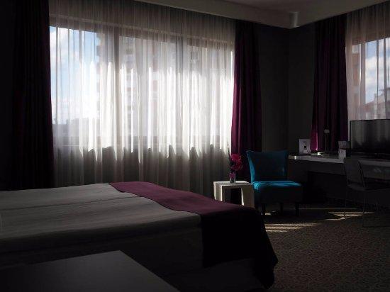 88 Rooms Hotel: Magiskt ljus och bekväm säng. Denna natt bjöd på ett sagolikt åskväder.