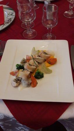 Valognes, Francia: Médaillon de poulet farci aux champignons et ses légumes