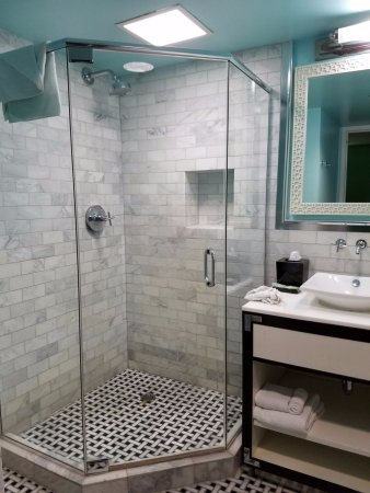 El Cortez Cabana Suites: Shower only, no tub