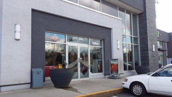 Coquitlam, Canadá: Front door of this restaurant.