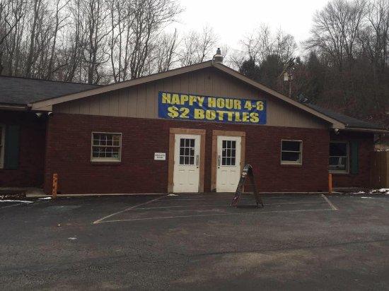 Elizabeth, Pensilvania: Right door is the bar left is the restaurant.