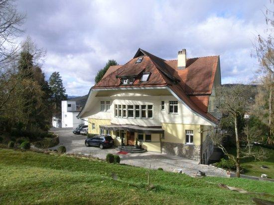 Villa Elben: Hotelvorfahrt Gartenseite Hang