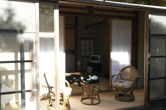 Kawachinagano, Japonia: Вид из сада на веранду при номере.