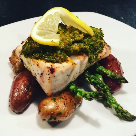 Corona, Califórnia: Fish of the Day: Grilled Grouper with Pesto