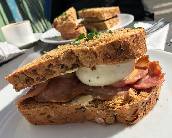 Alfriston, UK: Bacon and egg and sausage sandwiches