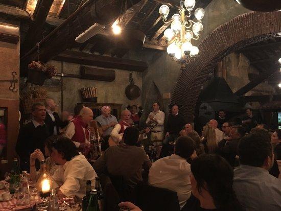 Stornelli e cibo romano a la taverna dei mercanti for Cibo romano