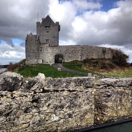 Kinvara, Irland: Rain is on it's way but inside a welcoming, dry tour awaits you!