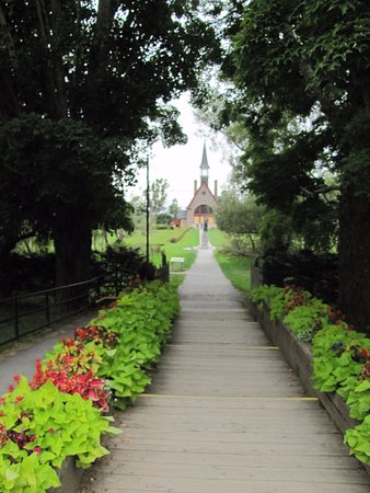 Grand Pre, Kanada: Walking along the path between the park's orientation building and the church