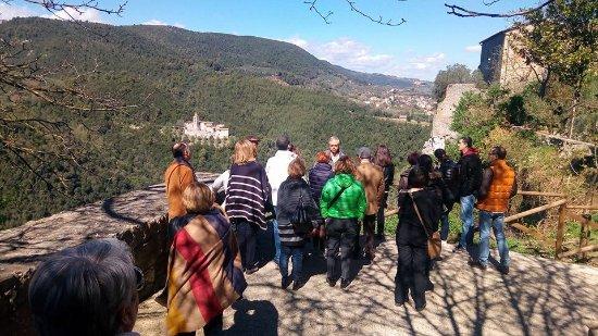 Нарни, Италия: Roberto Nini ci intrattiene all'inizio della visita