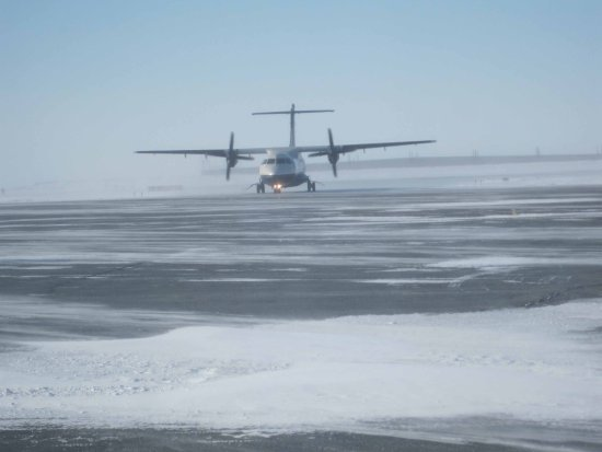 Rankin Inlet, Kanada: Calm Air flight arrives