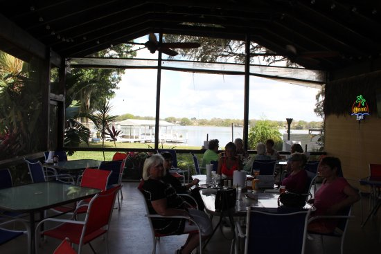 Lake Placid, FL: Patio seating with view of the water