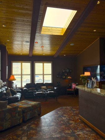Best Western Plus Humboldt Bay Inn: Lobby of hotel is a welcome sight after a long day of sight seeing!