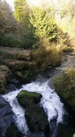 Giffnock, UK: Beautiful waterfall
