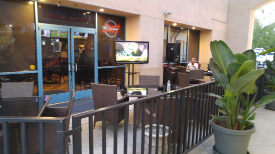 Upland, CA: Our smoker and pet friendly patio with TVs and fireplace
