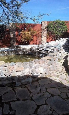 Desert Rose Bed and Breakfast: Nice fountain area with chairs, very peaceful.