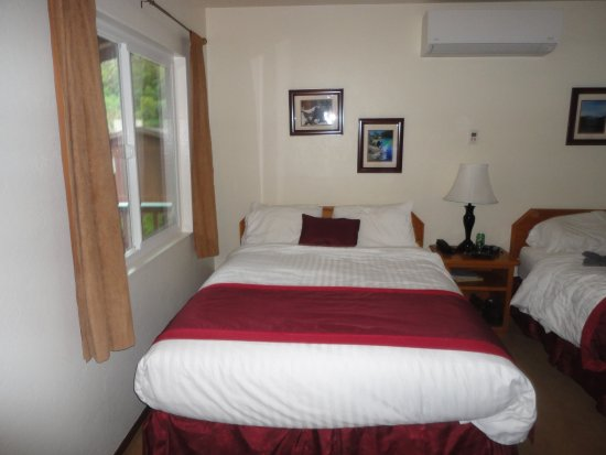 Three Rivers, CA: The rooms come with Queen Size Beds, a dining Table, Large TV and Dish