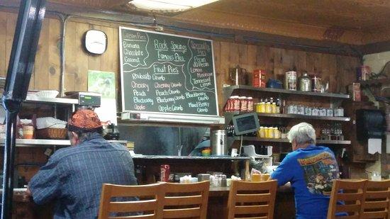Black Canyon City, AZ: The counter and pie selection