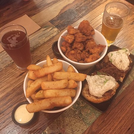 Richmond, Австралия: Popcorn chicken, chips, pulled pork and craft beers