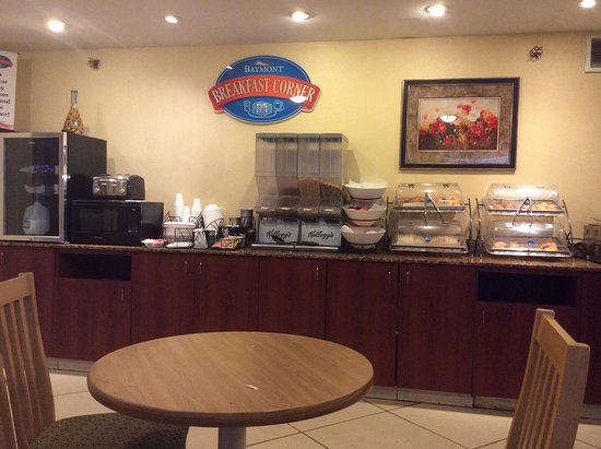 Baymont Inn & Suites Peoria: Breakfast food counter in the morning
