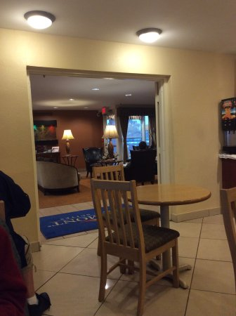 Baymont Inn & Suites Peoria: Looking from breakfast dining room into the lobby area