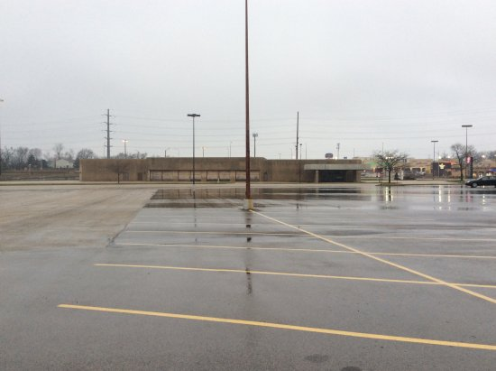 Baymont Inn & Suites Peoria: Big open empty lot that you drive through to get to the motel