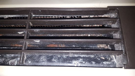 Edgewood, MD: Dirty air conditioning vent and limited bathroom space.