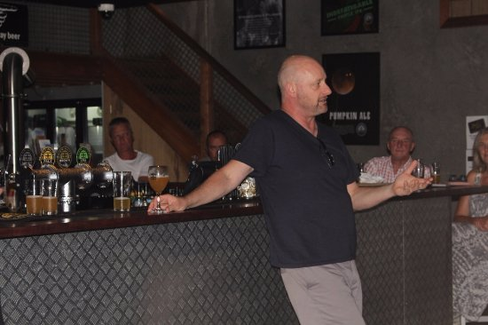 Mornington, Australien: Head brewer AG during a regular beer education evening for the Brew Crew
