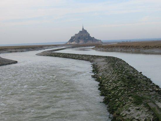 Mont-Saint-Michel, Frankrig: El Monte visto desde el puente más cercano.