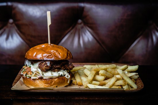 Greater Sydney, ออสเตรเลีย: Potts Point Hotel - Fried Chicken Burger