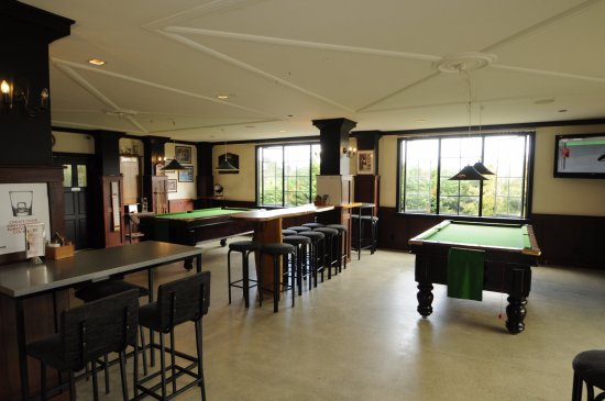 Snells Beach, New Zealand: Guinness Sports Bar pool tables